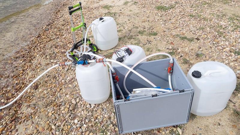 Wasser tanken mit unseren Wasserfiltern klappt mit der kleinen Pumpe prima. Und schon haben wir wieder Wasser im Wohnmobil.