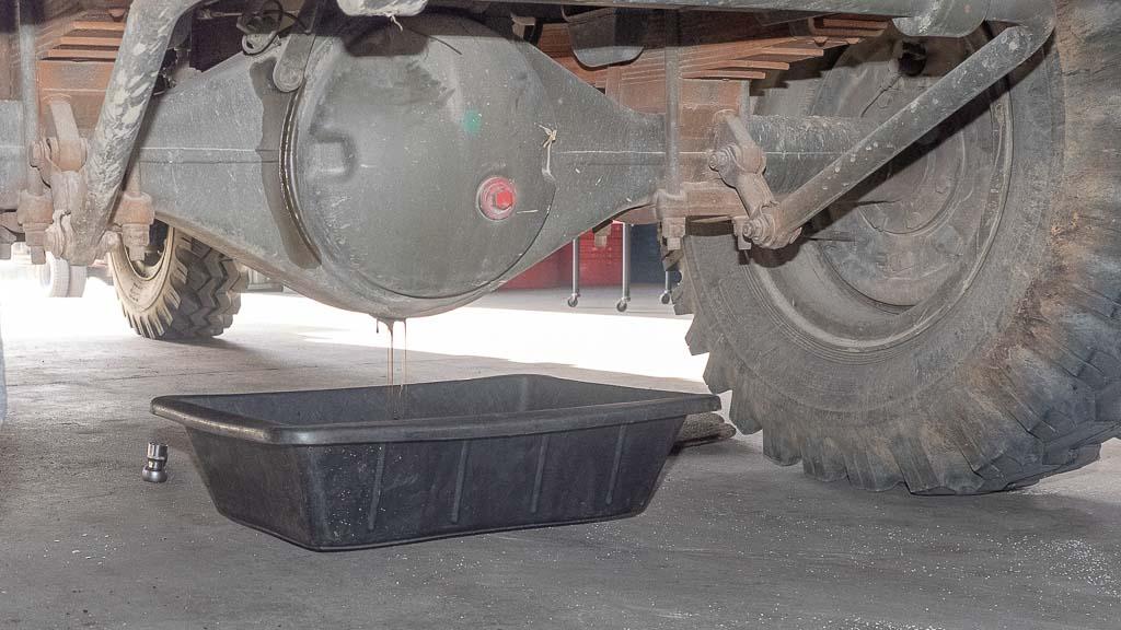Ölablassen beim Differential Steyr 680