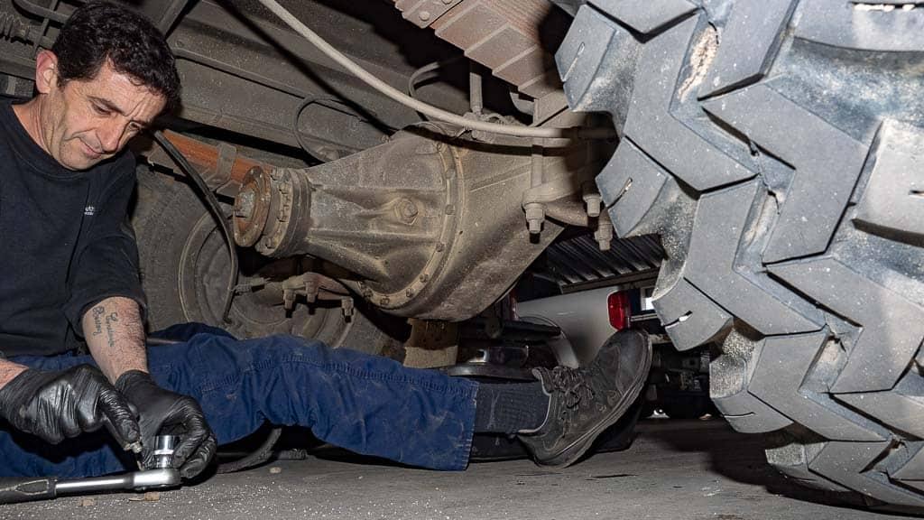 Lösen der Verschraubung beim Differential Steyr 680