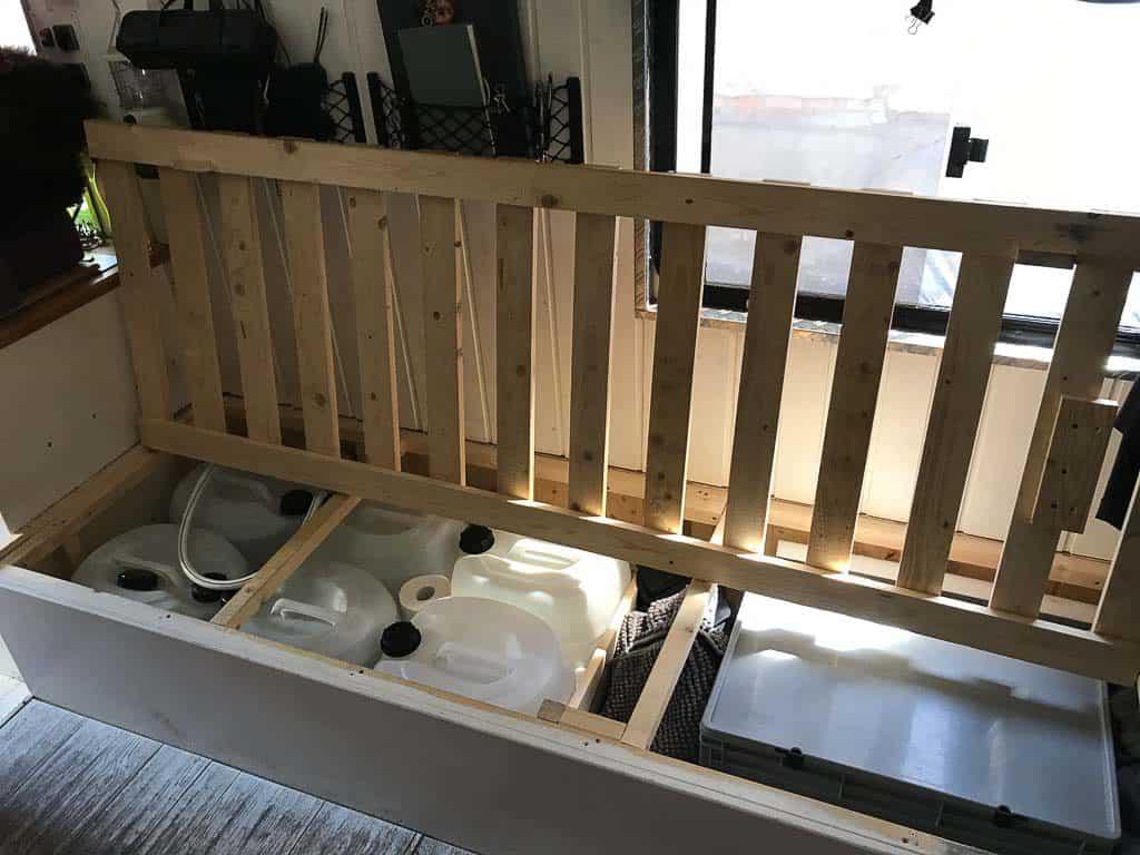 Die Trinkwasserfilteranlage im ersten Wohnmobil. Hier waren die Tankfilter in einer herausnehmbaren Kiste untergebracht.
