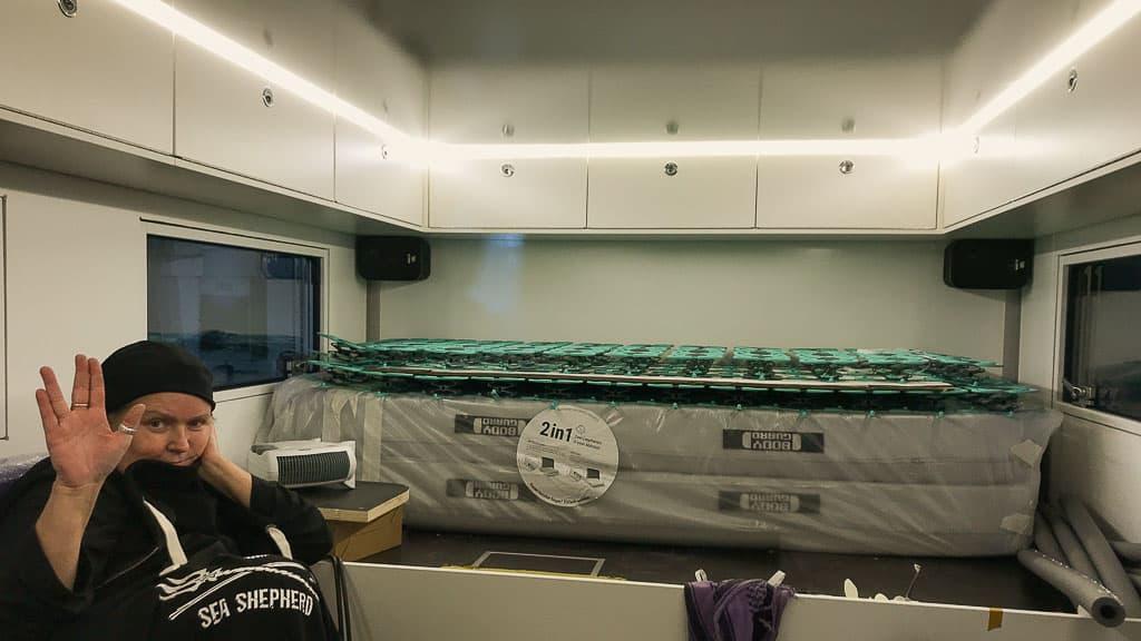 Die Boxen der Soundanlage sind bei uns in den hinteren Ecken des Kofffers, unterhalb der Hängeschränke angebracht.