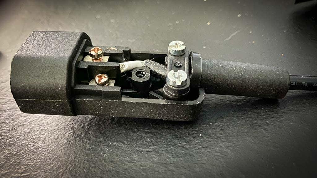 Der Kaltgerätestecker wird entsprechend zu der Steckdose angeschlossen und ist danach verpolungssicher.