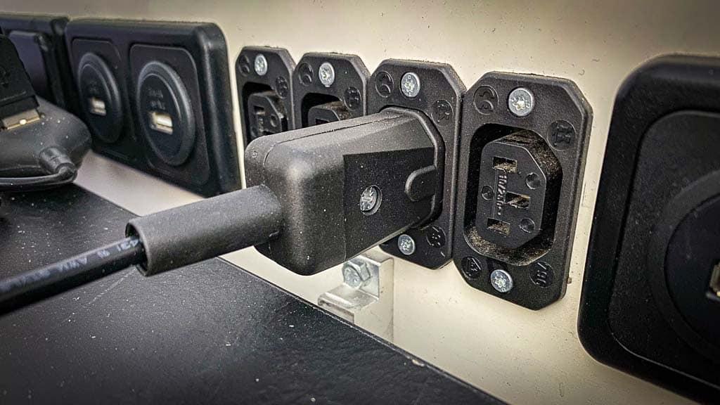 Wir nutzen Kaltgerätestecker und -Steckdosen für eine verpolungssichere 12 Volt Steckdosenleiste im Wohnmobil