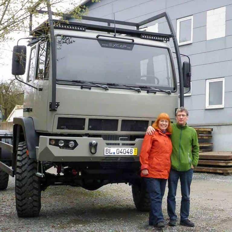Angelika und Armin vor ihrem Thun Mobil