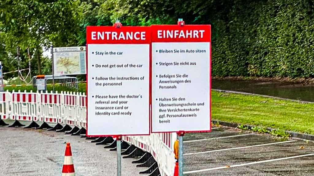 Hinweisschild auf dem abgesperrten und als Corona-Massentest-Stelle eingerichteten Festplatz in Ehingen