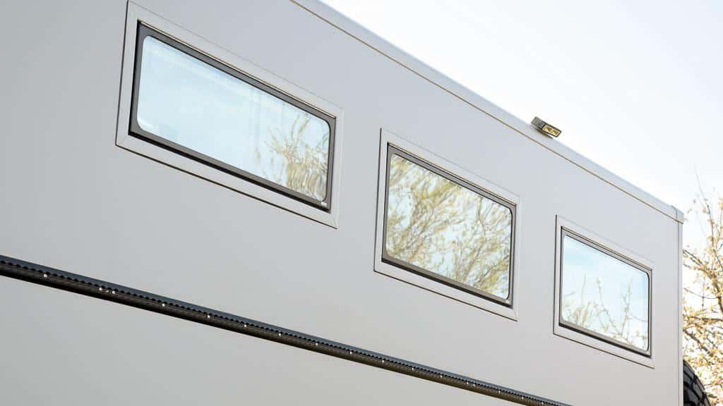 Sideway Fenster Türen Klappen im Wohnmobil