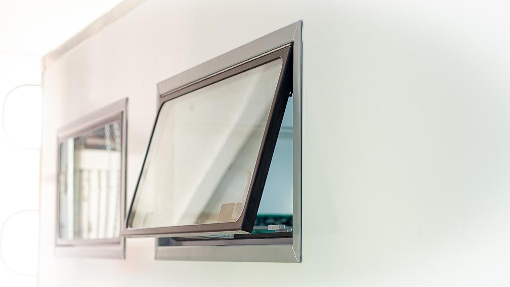 Sideway Fenster, halb geöffnet, Nahansicht