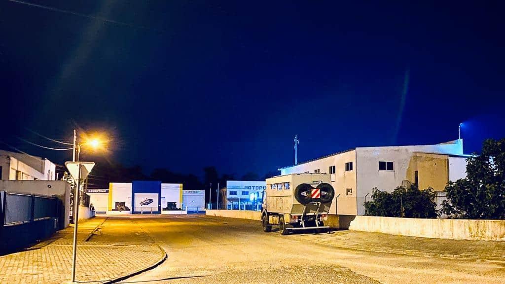 Black Pearl nachts neben der Kfz-Werkstatt in einer Seitenstraße in Ponte de Sor stehend
