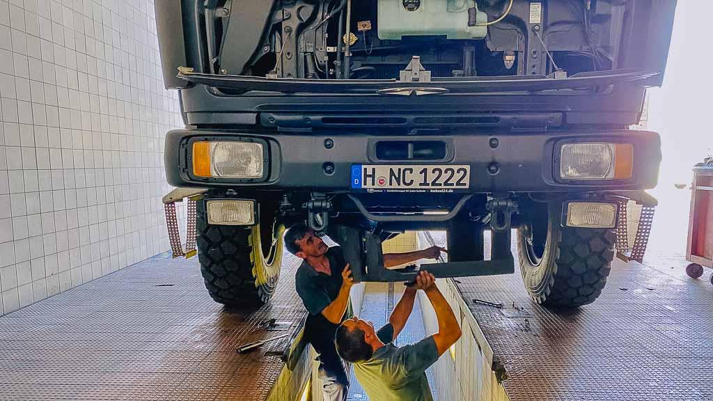 Automoderna Werkstatt in Ponte de Sor, Mechaniker bei der Vorbereitung zum Ölwechsel