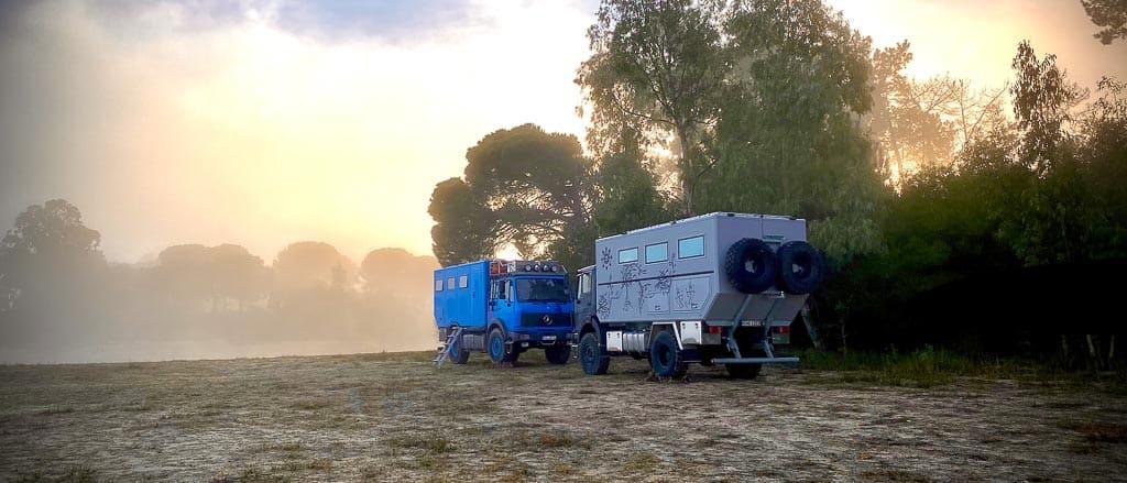 Zwei Fernreisemobile on Tour