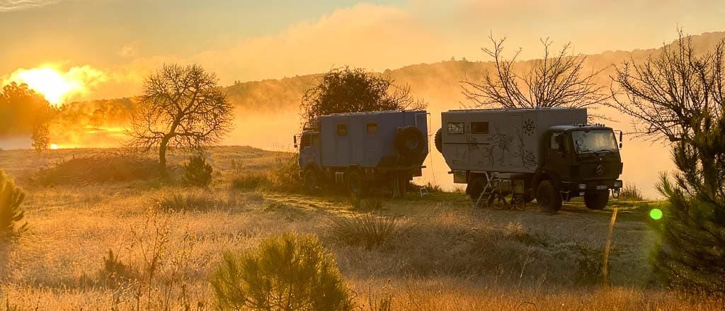 Zwei Fernreisemobile on Tour. Der Blaue Elephant und die Autoren von Allzeit Bereift mit der Black Pearl