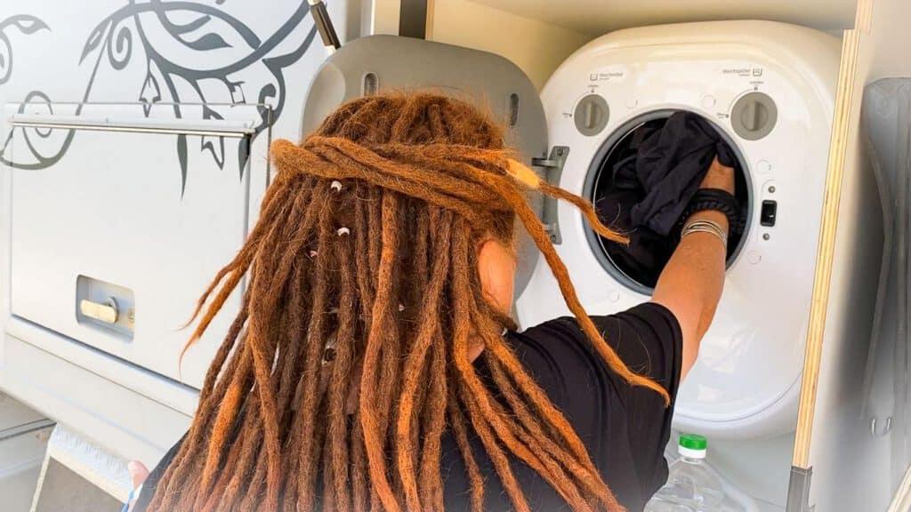 Die mini Waschmaschine ist bei unserem Wohnmobil ist bei uns von Außen zu befüllen