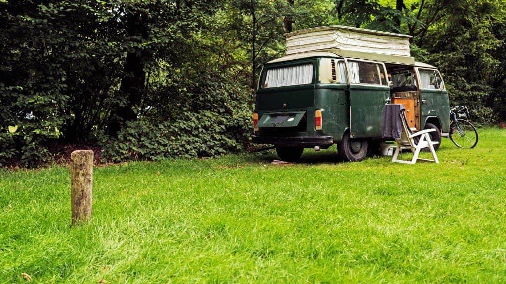 Dieser wohl eher nicht, aber moderne Kleinbusse und Kastenwagen sind auch mit Allradantrieb erhältlich.