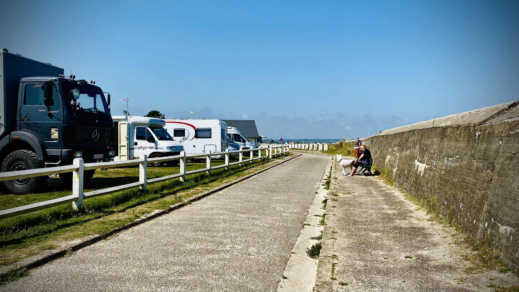 Ein Stellplatz an Frankreichs schöner Küste. Hier darf man maximal 24 Stunden stehen bleiben.