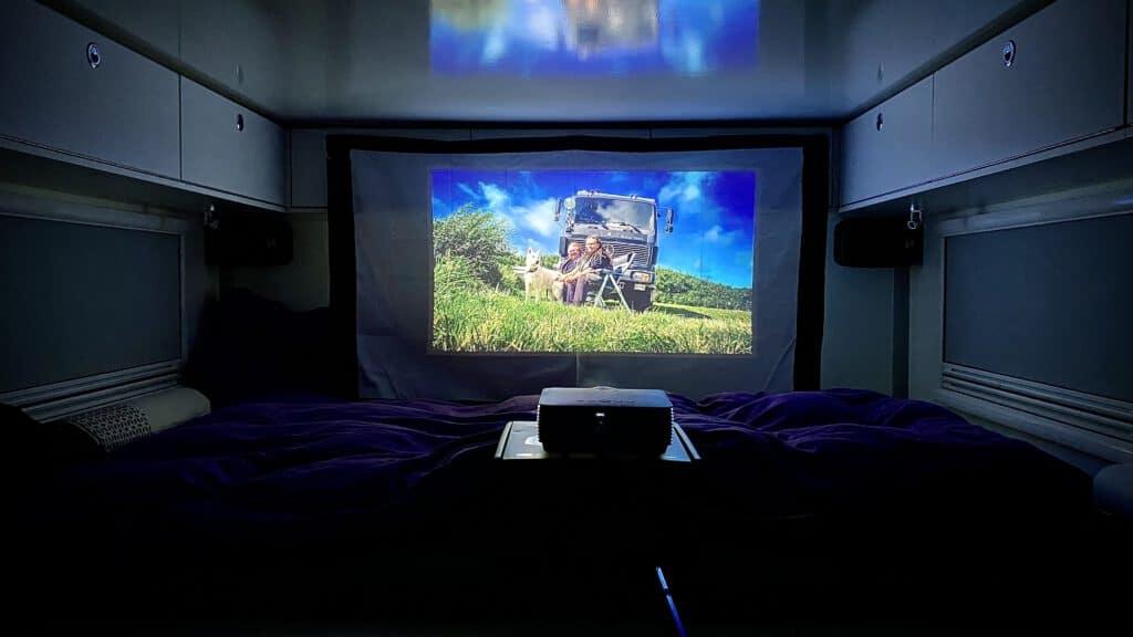 Netflix im Wohnmobil -Der Beamer steht auf der mitgelieferten Kiste sehr gut, in der wir ihn während der Fahrt auch aufbewahren.