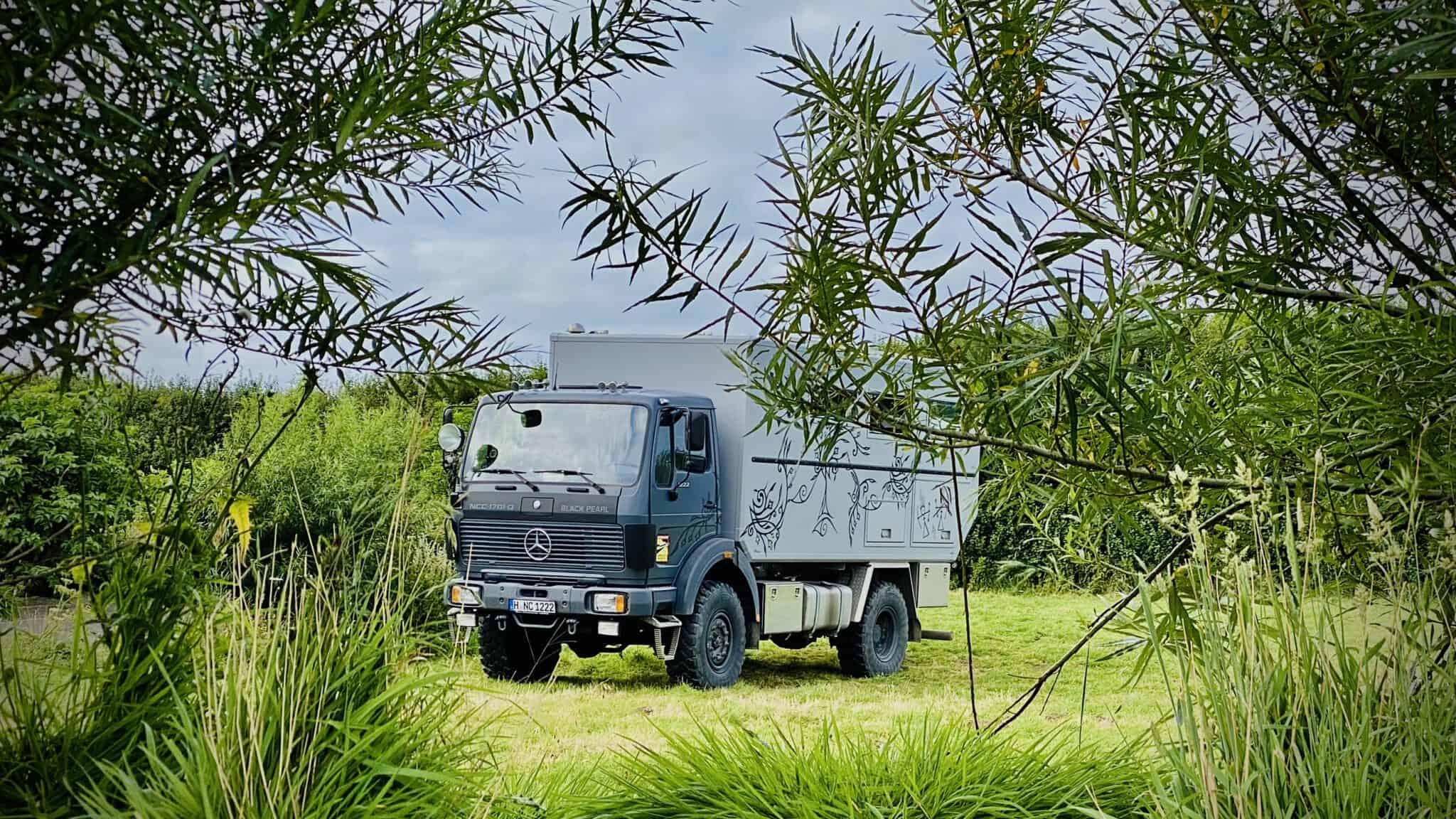 Ein zum Wohnmobil umgebauter ehemaliger Feuerwehr-Rüstwagen