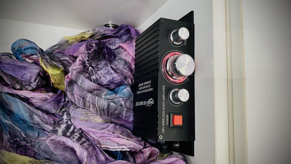 Unsere Kleine Bluetooth-Soundanlage zum Netflixen im Wohnmobil versteckt sich im Hängeschrank.