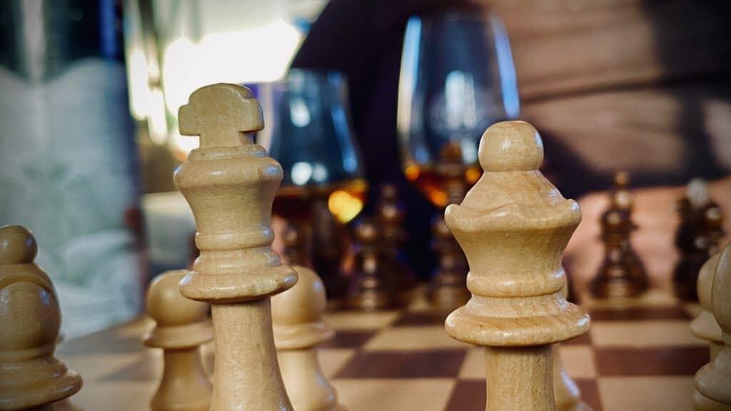 Eine Partie Schach und ein Glas Armorik