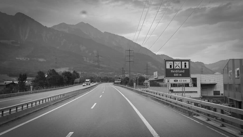Schweizer Autobahn mit Ausfahrtschild Heidiland