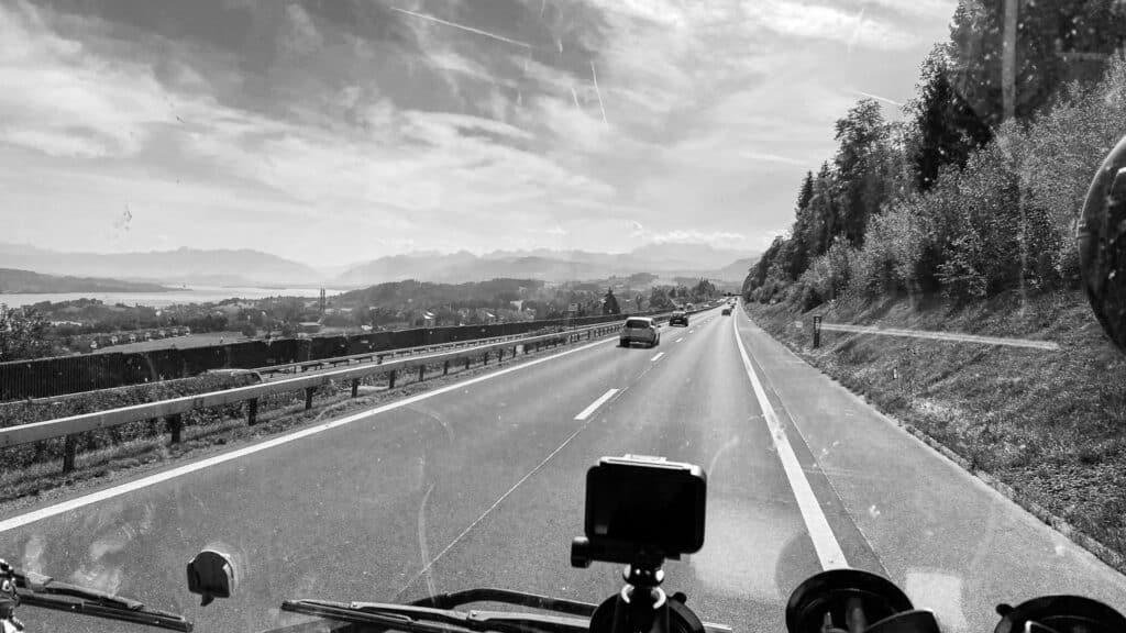 Autobahn in der Schweiz in Höhe Neuenburgersee