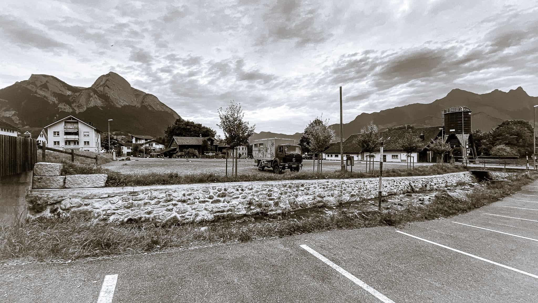 Schwarzweissfoto vom Parkplatz der Seilbahn in Bad Ragaz