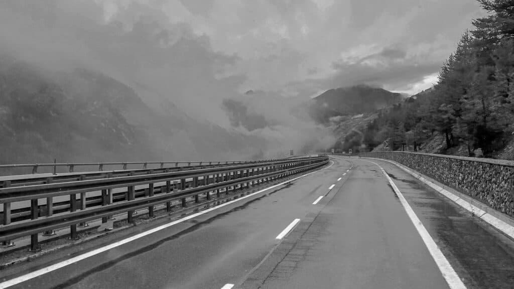Italienische Autobahn in den Wolken