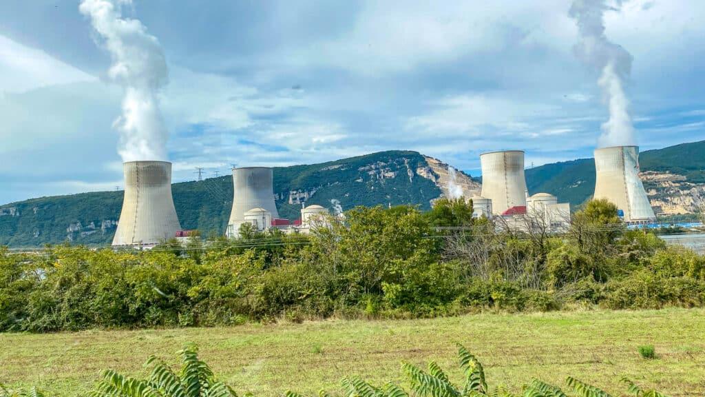 Fluß mit Atomkraftwerk